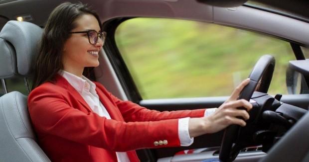 C'est enfin prouvé : les femmes conduisent mieux que les hommes